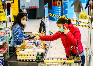 Trabajadora y clienta en un supermercado