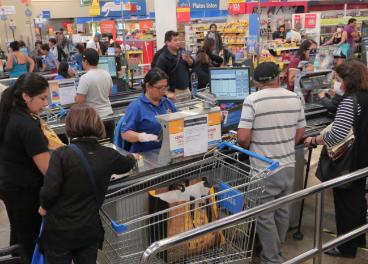 Colas para pagar en supermercado de Walmart