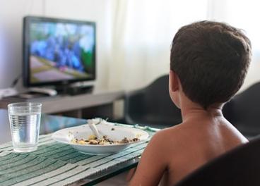 Niño viendo anuncios en la televisión
