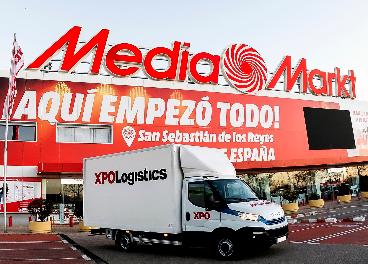 Tienda de MediaMarkt y camión de XPO Logistics