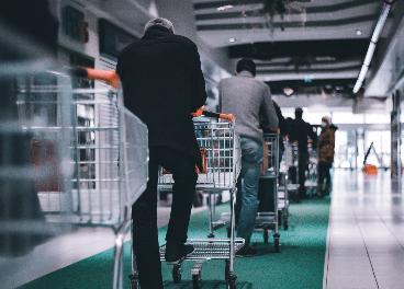 Cola para pagar en un supermercado