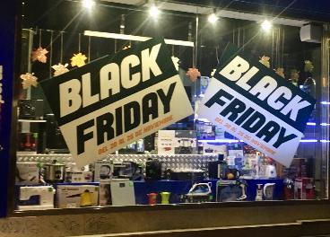 Tienda con carteles del Black Friday