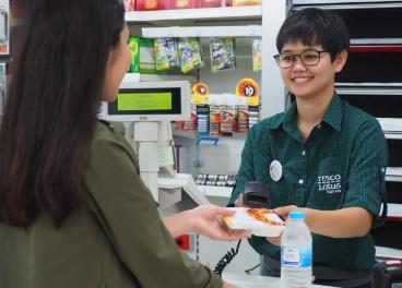 Empleada de Tesco Lotus en Tailandia
