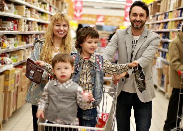 Familia comprando en un supermercado