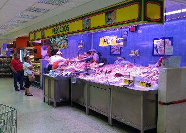 Mostrador de pescadería de un supermercado