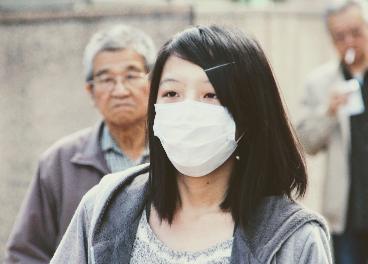 Mujer oriental con una máscara