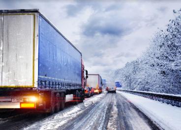 Camión circulando con nieve