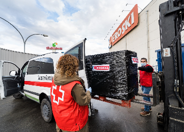 Eroski dona ropa a personas sin techo