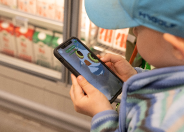 Niño jugando en el supermercado