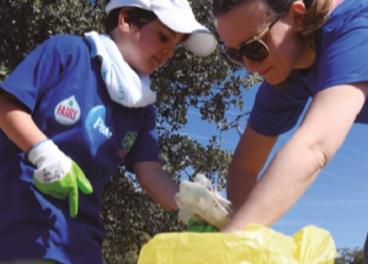 Voluntarios de P&G recogiendo residuos