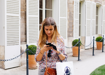 Mujer comprando con el móvil