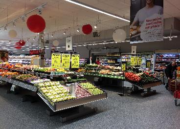 Interior de una tienda de Auchan en Francia