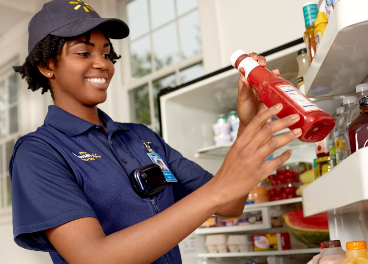 Empleada de Walmart en el servicio inHome Delivery