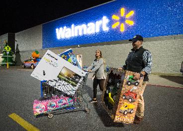 Clientes saliendo de una tienda de Walmart