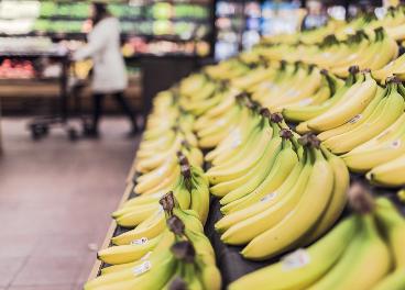 Imagen de plátanos en un supermercado