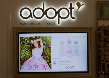 Cartelería digital de HMY para Adopt