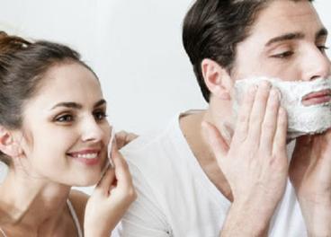Consumidores usando productos de belleza