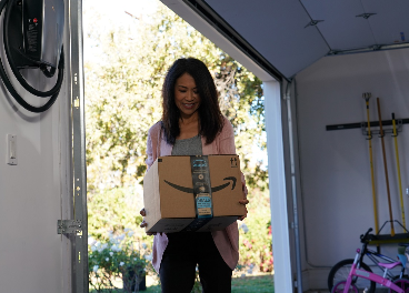 Clienta con paquete de Amazon