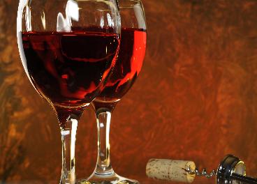 Copas de vino y sacacorchos
