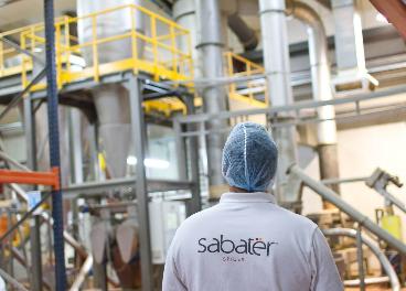 Trabajador en una planta de Sabater Spices