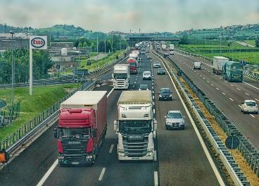 Varios vehículos de transporte de mercancías