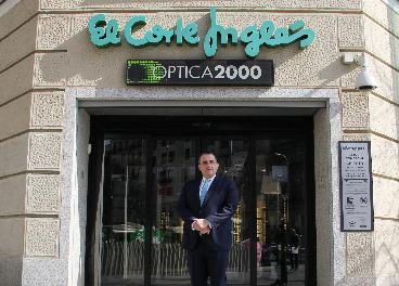 Víctor del Pozo, en una tienda de Óptica2000