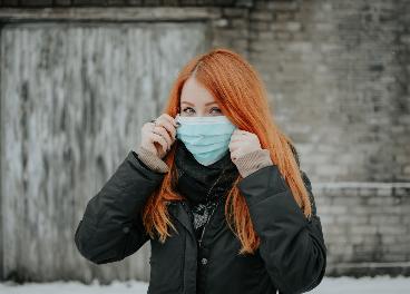 Mujer con mascarilla por Covid-19