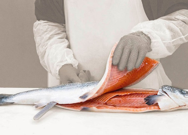 Empleado de Reyes Varón manipulando un salmón