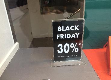 Tienda con cartel del Black Friday