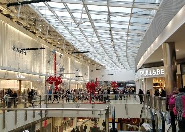 Interior del centro comercial Berceo