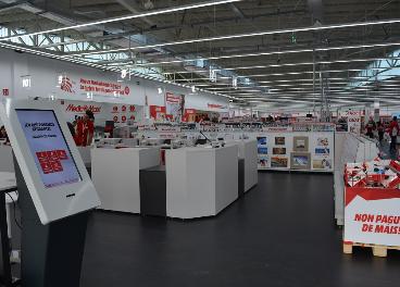 Interior de tienda de electrónica de consumo