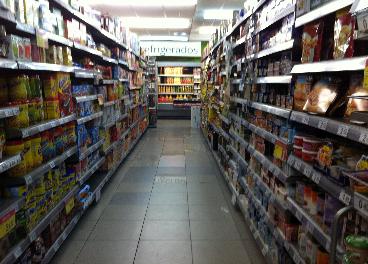 Lineal de supermercado con productos de marcas