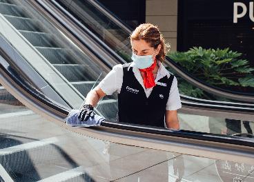 Limpiadora en un centro comercial