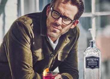 Aviation Gin (Davos Brands) y Ryan Reynolds